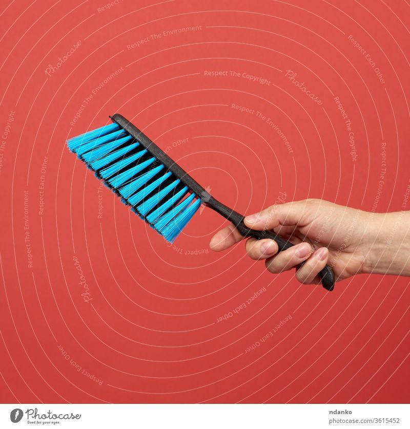 Frau hält schwarze Kunststoff-Reinigungsbürste in der Hand Arme Bürste Sauberkeit Raumpfleger Säuberung Nahaufnahme Farbe Konzept heimisch Gerät Finger