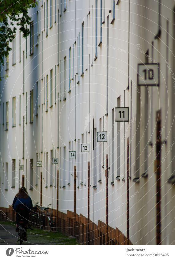 Hausnummern von 16 bis 10 in einer Straße Funktionalismus Mietshaus Architektur Reihe Reihenfolge Typo Schilder & Markierungen Häuserzeile Neukölln gleich