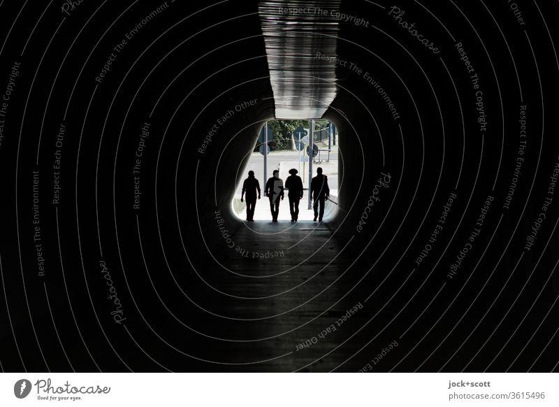 vier Gestalten treten ein, in die große Dunkelheit Tunnel Gegenlicht Silhouette Wege & Pfade Durchgang dunkel Fußgänger Low Key Tunnelblick gehen Symmetrie