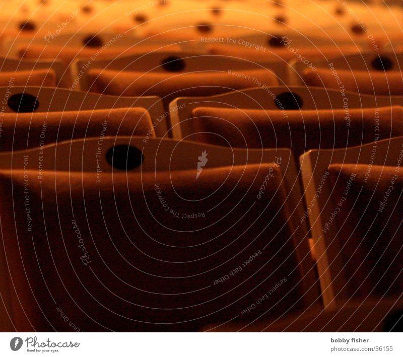 stuhlreihe Veranstaltung Publikum dunkel rot Konzert Musik Sitzgelegenheit Stuhl orange