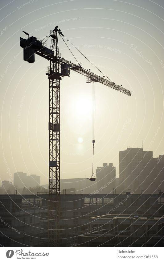 Hausarbeit blau Stadt Sonne Haus Gebäude grau Arbeit & Erwerbstätigkeit Hochhaus Schönes Wetter Beton Industrie Baustelle Bauwerk Skyline Wolkenloser Himmel Wirtschaft
