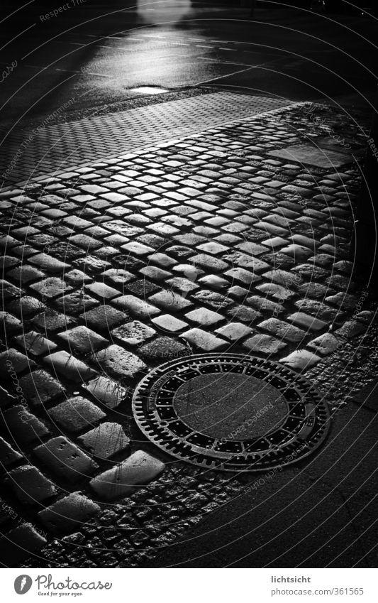 They Walk by Night Stadt Altstadt Verkehr Fußgänger Straße Wege & Pfade gruselig schwarz Schwarzweißfoto Gully Kanalisation Pflastersteine Bodenbelag Asphalt