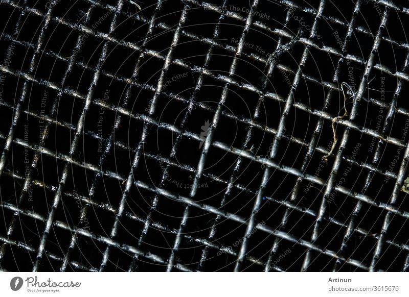 Schmutzgitter zum Filtern und Auffangen von gebrauchtem Motoröl im Auto oder Motorrad. Schwarze Flecken von Öl oder Kraftfahrzeugflüssigkeiten auf dem Kühlergrill. Recycling von gebrauchtem Motoröl, das als Heizöl wiederverwendet wird, um der Umwelt zu helfen. Krebserregende Stoffe
