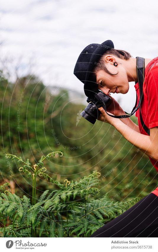 Fotografin beim Fotografieren von Farn Pflanze Feld Frau Natur Stil androgyn fotografieren Fotoapparat Asturien Spanien kreativ Fähigkeit Talent Outfit trendy