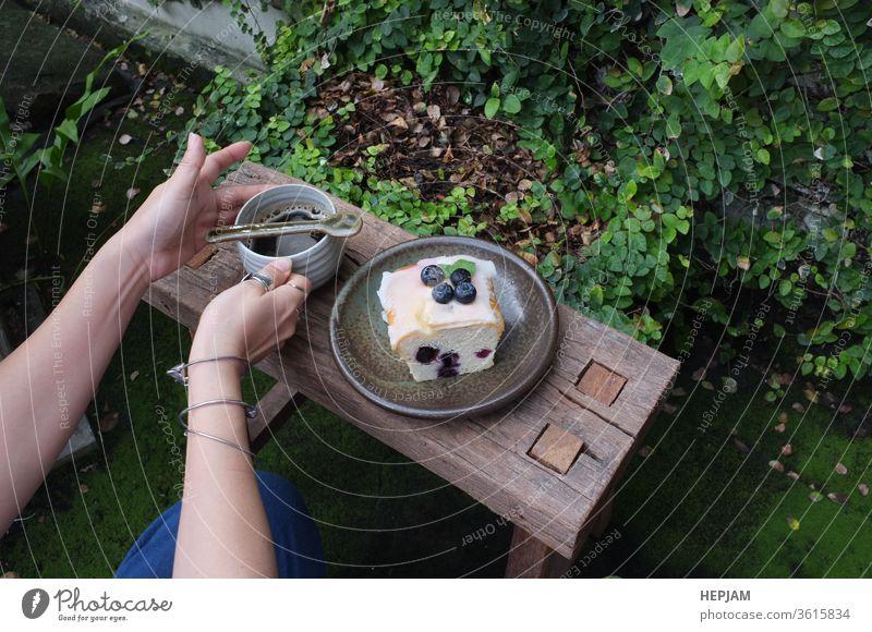 Kaffee mit Kuchenstück auf Holztisch , Konzept Entspannungszeit, Kopierraum. Platz für Text. Aroma Hintergrund gebacken Getränk Kekse Pause Nahaufnahme Sahne