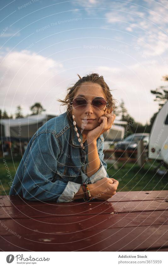 Frau entspannt sich auf dem Campingplatz Hippie sich[Akk] entspannen reisen Sonnenuntergang Lager friedlich Sommer Urlaub Windstille hölzern Tisch ruhen sitzen
