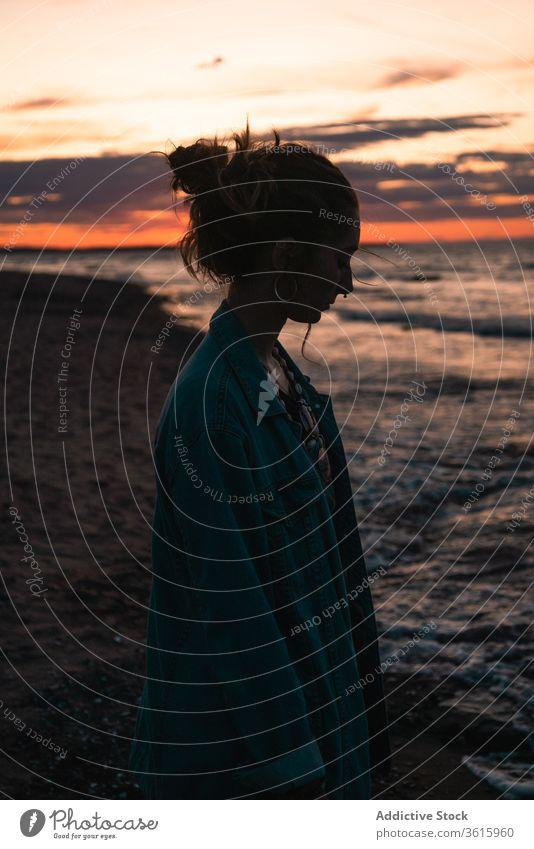 Entspannte Frau im Sommer am Meer Meereslandschaft Sonnenuntergang Reisender MEER Strand Meeresufer sich[Akk] entspannen Abend Silhouette Abenddämmerung