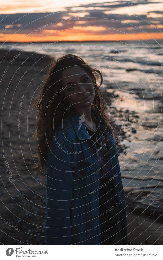 Ruhige Frau am Meer am Abend Hippie Strand Sonnenuntergang Seeküste MEER Windstille ruhig reisen Sommer sich[Akk] entspannen Küste Urlaub Wasser friedlich Ufer
