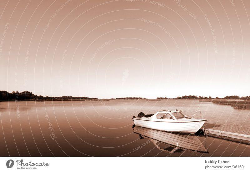 Boot Wasserfahrzeug Steg Meer ruhig Horizont Monochrom Skandinavien Ferien & Urlaub & Reisen Erholung Umwelt Schifffahrt Norden Schweden