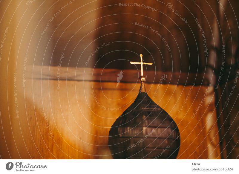Goldenes Kreuz auf einer Kirchturmspitze gold Kirche Gotteshaus Gottesdienst Christentum Religion gläubig Symbol Glaube heilig Religion & Glaube warm Detail