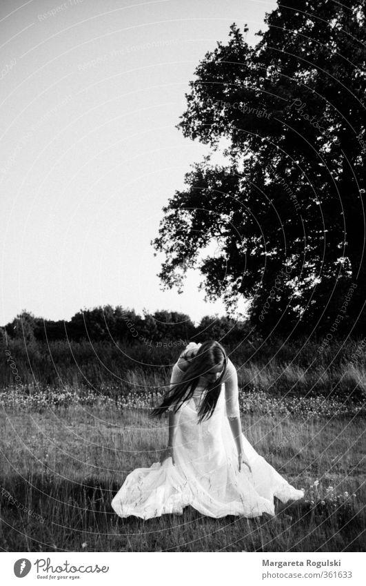 Hochzeit in Schwwarzweiß Natur Landschaft Himmel Wiese Feld Wald Mode Kleid langhaarig ästhetisch Hochzeitskleid Schwarzweißfoto Außenaufnahme Textfreiraum oben