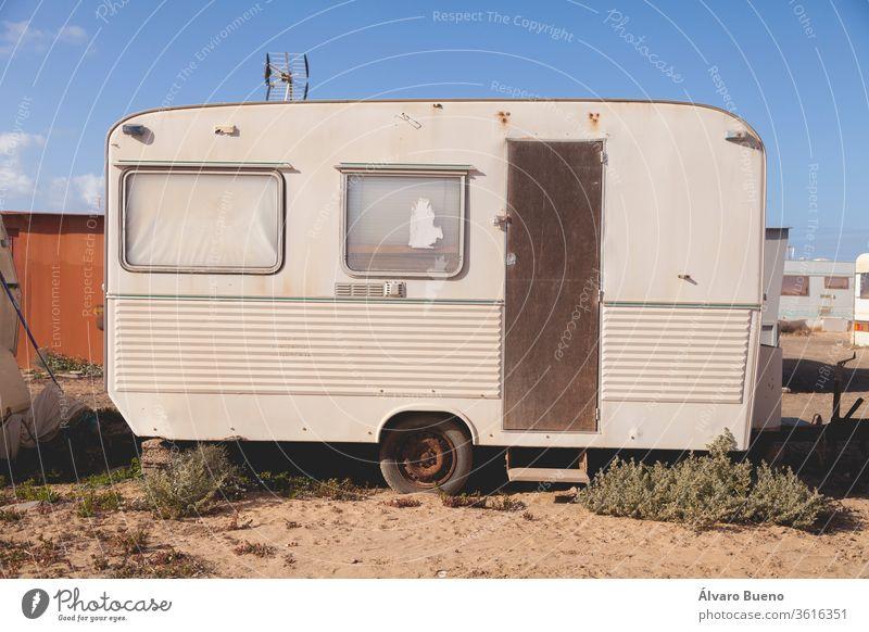 Ein halbverlassener, alter und verrosteter Wohnwagen in El Caleton, Insel Fuerteventura, Kanarische Inseln, Spanien. Verlassen Fenster rostig dreckig