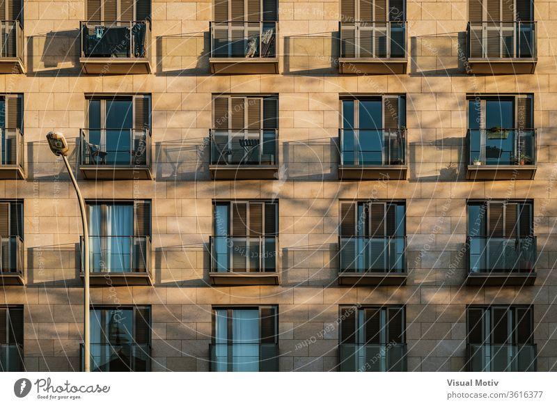Schatten von modernen Balkonen über einer Steinfassade im Nachmittagslicht Fassade Gebäude Außenseite Appartement Zeitgenosse Architektur Konstruktion Struktur