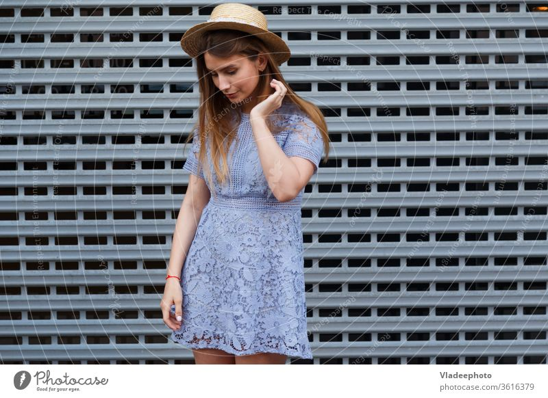 Bildnis einer schönen anmutigen Frau mit elegantem Hut und blauem Spitzenkleid. Schönheit, Modekonzept zierlich Sommer Kleid jung Mädchen Model Dame attraktiv