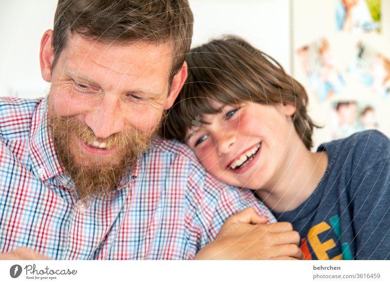 objektiv | glücklich Glück Fröhlichkeit lachen zuhause zuhause bleiben Kind Junge Eltern Vater Familie & Verwandtschaft Kindheit Gesicht Mund Lippen