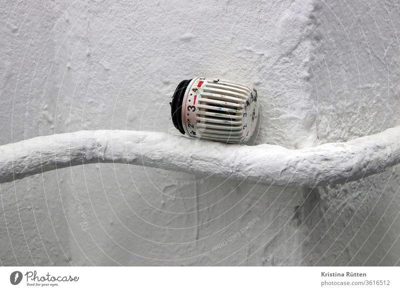 abgedreht - thermostat liegt auf heizungsrohr temperaturregler drehknopf drehregler durchgedreht überdreht abstellen ausdrehen runterdrehen fernwärme regulieren