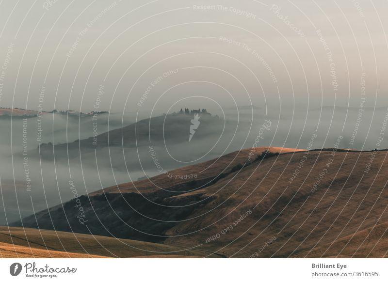 idyllische toskanische Landschaft mit Morgennebel über den Hügeln Szene schön weiß Cloud Tourismus Nebel früh ruhig Tal reisen Italien Windstille träumen