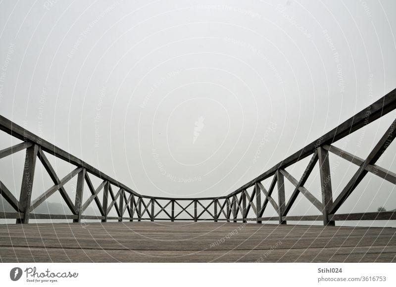 Balustrade Holzgeländer auf einem Steg am Seeufer in Binz, Rügen BAlustrade Geländer HAndlauf grau neblig Ferne gekreuzt überkreuz Holzplanken Froschperspektive