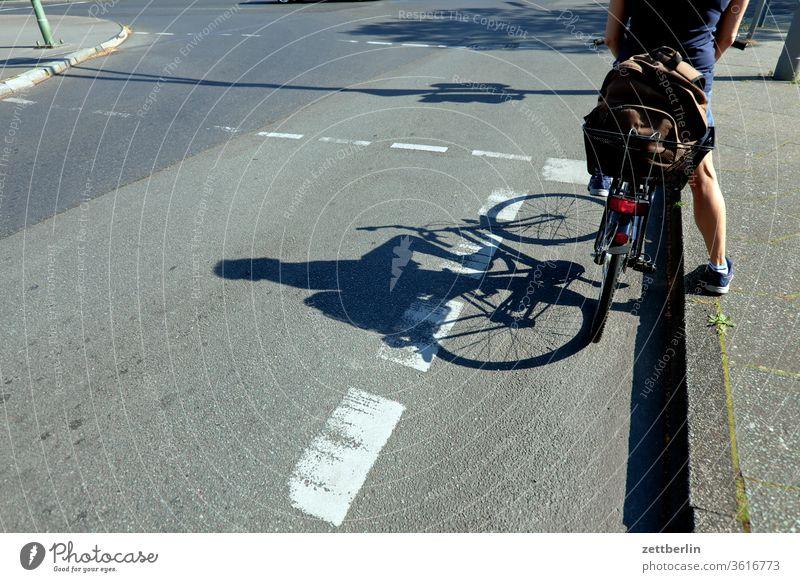 Rote Ampel mit Fahrrad radfahrer ampel radweg stehen warten abbiegen asphalt autobahn ecke straßenverkehr fahrbahnmarkierung fahrrad fahrradweg hinweis kante