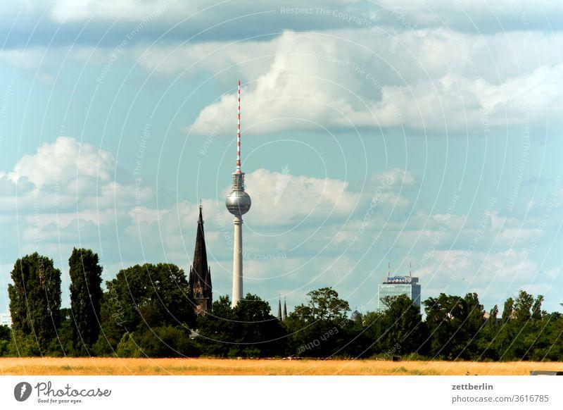Fernsehturm hinter der Tempelhofer Freiheit alex alexanderplatz tempelhofer freiheit tempelhofer feld berlin city deutschland ferne fernsehturm flugbahn