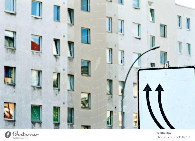 Bitte richtig einordnen! block wohnblock fenster front fensterfront berlin kreuzberg fassade schild verkehr verkehrsschild pfeil ordnung aufwärts links rechts