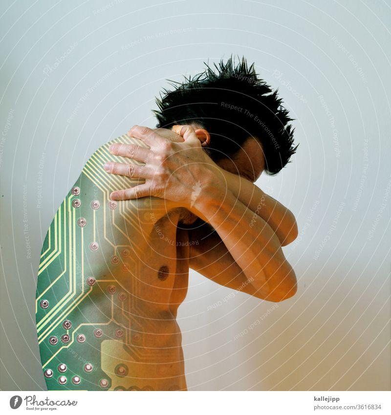 mensch mit implantierter platine uhrwerk neonlicht neonfarbig human Mann Lampe Nacht Licht Beleuchtung Leuchtreklame Neonlicht leuchten Schrei Stahl technisch