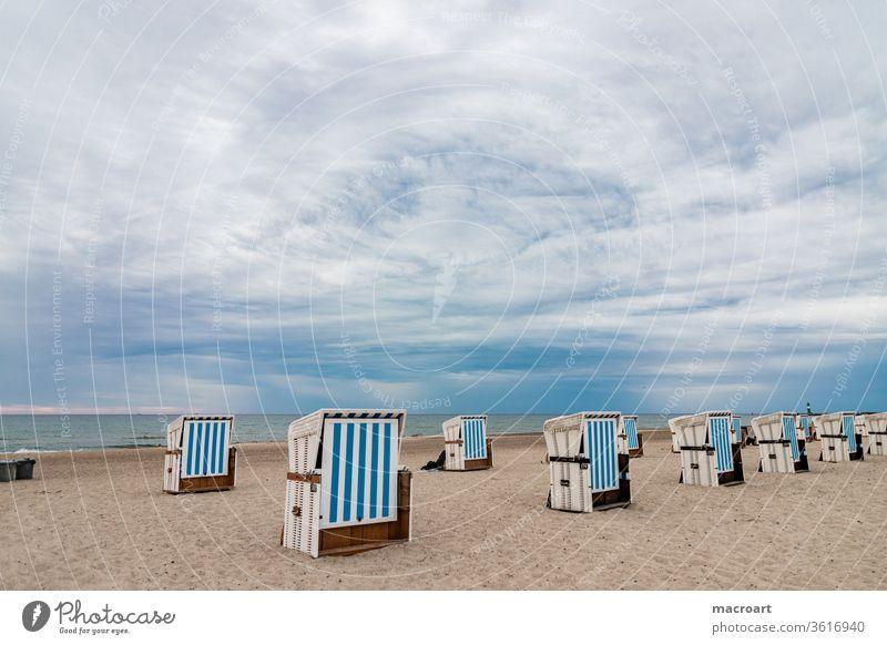 Strandkörbe strand sandstrand strandkörbe strandkorb see ostsee urlaub geschlossen erholung blau weitwinkel wolken sommer wolkig wetter sommer maritim ruhe
