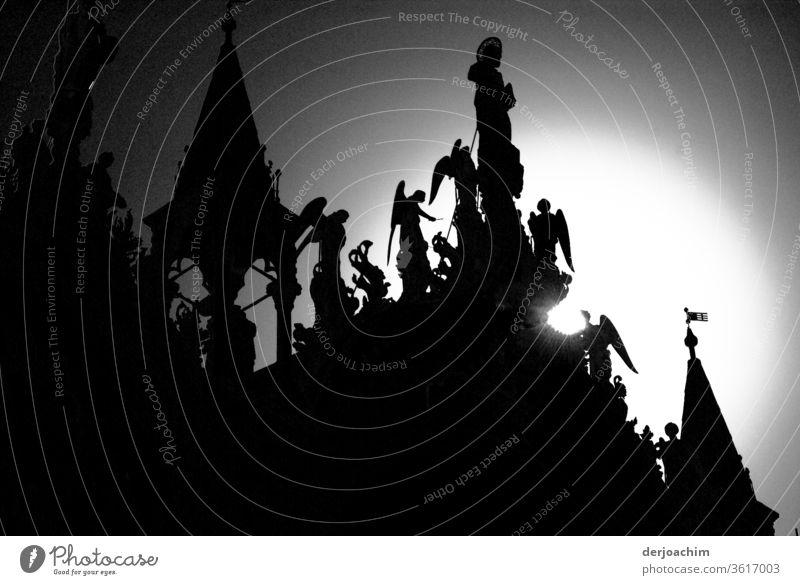 Das Dach des Markusdom im Gegenlicht. Zu sehen die Engel und Türme. Schwarzweiß Foto. Erholung tag Außenaufnahme Menschenleer Sommer Tag Sonnenlicht