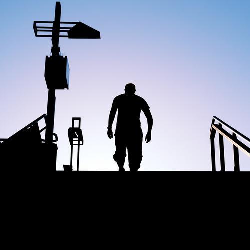 Silhouette eines Mannes der eine Treppe hochgeht Schatten Mensch schwarz Himmel Außenaufnahme Gegenlicht Kontrast maskulin Licht Sonnenlicht Farbfoto Morgen