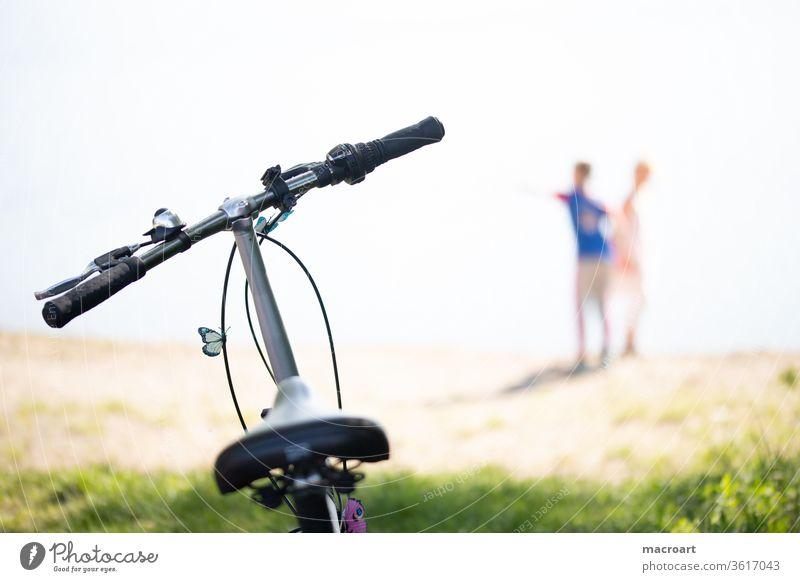 Fahrradtour fahrrad fahren kinder spielen draussen draußen natur landschaft unscharf sattel lenker schmetterling nahaufnahme ausflug paar pärchen unternehmung