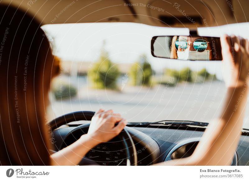 junge Frau in einem Auto mit Schutzmaske. Sommersaison. Konzept zur Prävention des Coronavirus PKW Virus Pandemie Corona-Virus COVID fahren Fahrer reisen