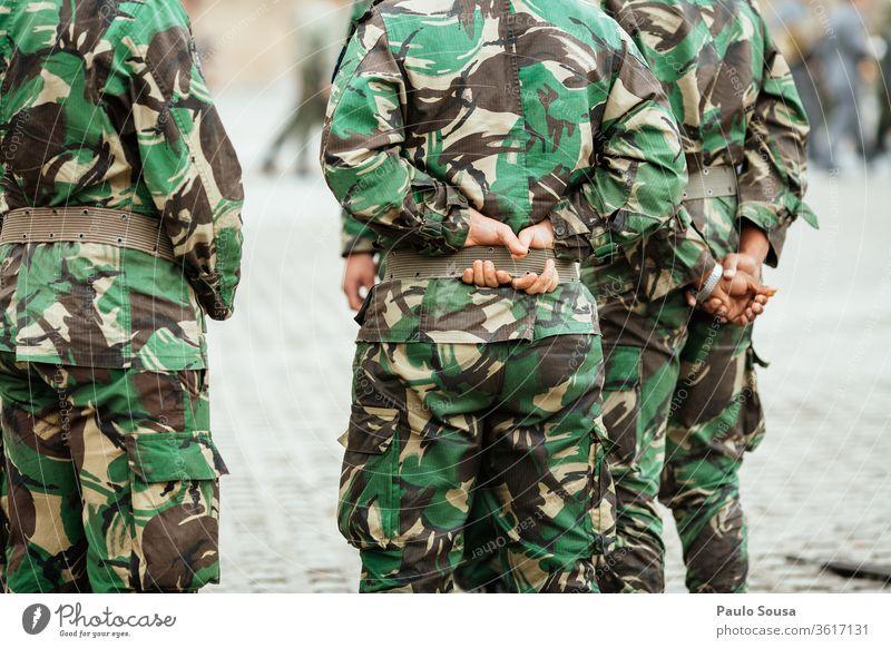 Rückansicht Soldaten Militär Armee Pistole Mann bewaffnet Karabiner Uniform Tarnung Bundeswehr Kommando Kräfte Gewehr Munition Waffe Krieg Farbfoto Truppen