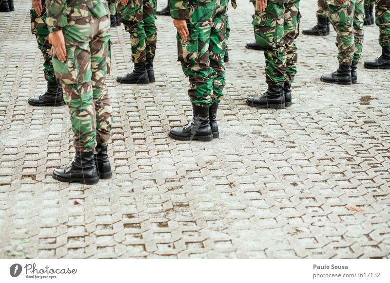 Militärischer Abschluss Militärgebiet Armee Soldat Uniform Mann Krieg Farbfoto Pistole bewaffnet Außenaufnahme Karabiner Waffe Portugal Hintergrund Kräfte
