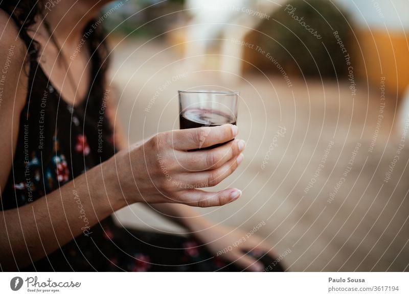Frau hält ein Weinglas Glas Alkohol trinken Stil Bar genießen rot Feste & Feiern Farbfoto Getränk Rotwein Kaukasier Lifestyle Party Nahaufnahme Veranstaltung