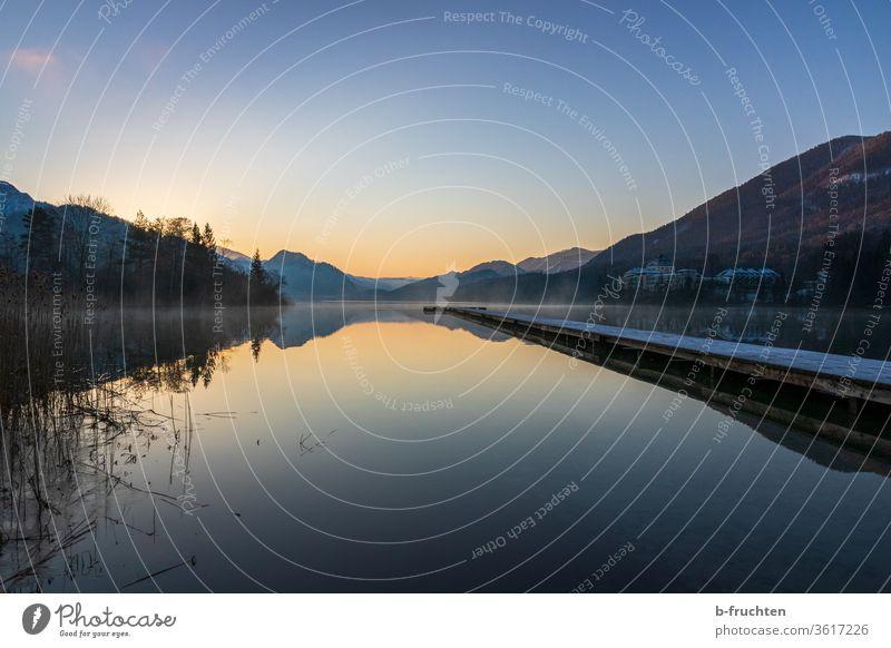 Morgenstimmung am See im Winter Steg Holzsteg Österreich Wasser Natur ruhig Seeufer Landschaft Menschenleer kalt Schnee Reflexion & Spiegelung Idylle