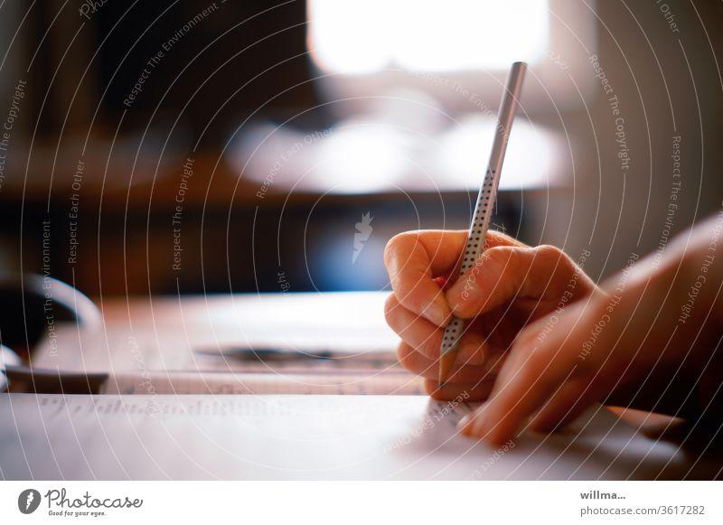 Hausaufgaben Hand Stift Bleistift Schule schreiben Büro rechnen lernen Weiterbildung Steuerbüro Schreibkraft ausfüllen Formular Antrag Studium Bildung