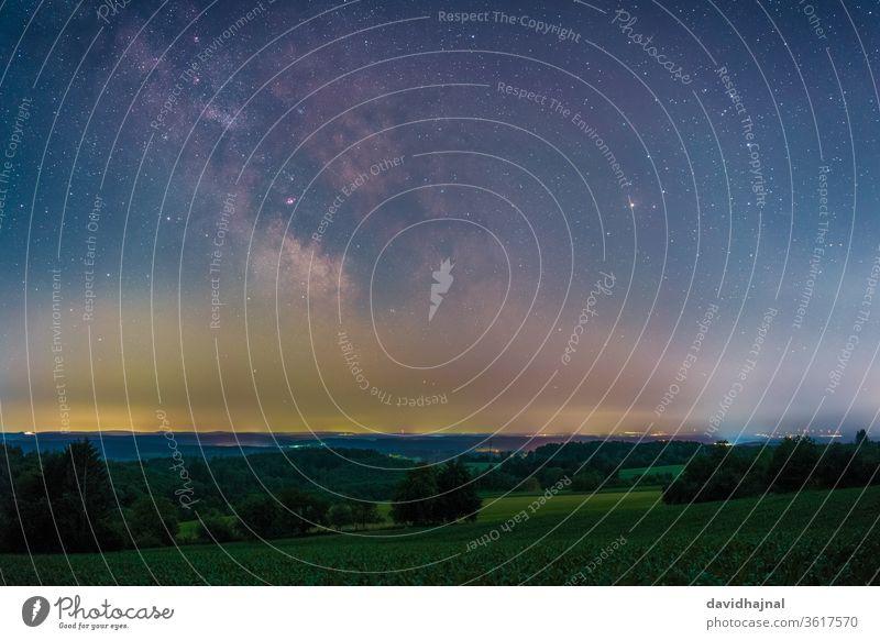 Das galaktische Zentrum, fotografiert von Gaiberg aus. gaiberg Nacht Himmel Stern Milchstrasse Galaxie Astronomie Astrofotografie Wiese Wald Baum Deutschland