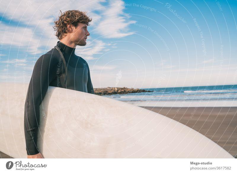 Surfer, der mit seinem Surfbrett im Meer steht. Mann Brandung Wasser Sport Surfen MEER im Freien sportlich Küstenlinie Wellen Hintergrund Abenteuer