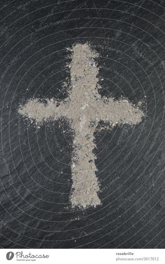Aschekreuz an Aschermittwoch auf Schieferplatte | Symmetrie Kreuz Religion religiös christlich Christentum Glaube Symbol symbolisch Zeichen Vergänglichkeit Tod
