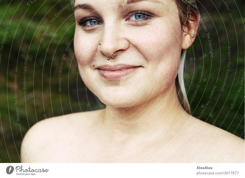 Portrait einer jungen blonden Frau mit nassen Haaren vor einem Wald Mädchen junge Frau schön lächeln lange Haare blaue Augen Haut 19 18-20 Jahre 15-20 Jahre alt
