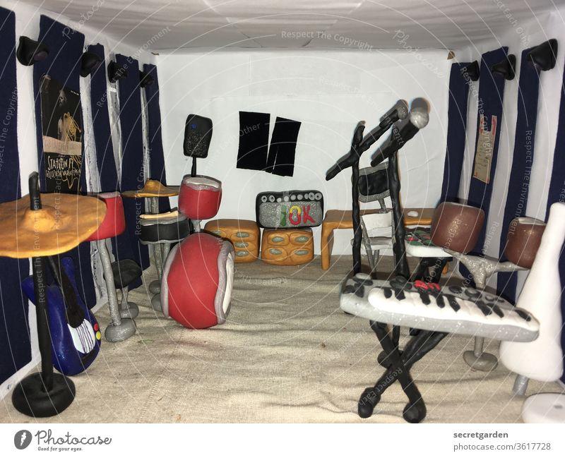 Die wollen nur spielen. (verspätet zum Trash Day) kneten Knete Musik Proberaum Keyboard Schlagzeug proben Band süß Spielen Boxen Verstärker Sand Raum