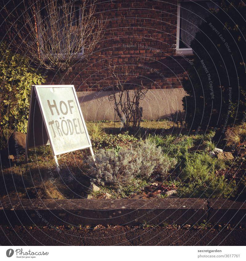 Trödelei im Vorgarten. Trödelmarkt Trödelladen Hof Haus Schilder & Markierungen aufsteller Hinweisschild Flohmarkt Krimskrams Außenaufnahme Farbfoto