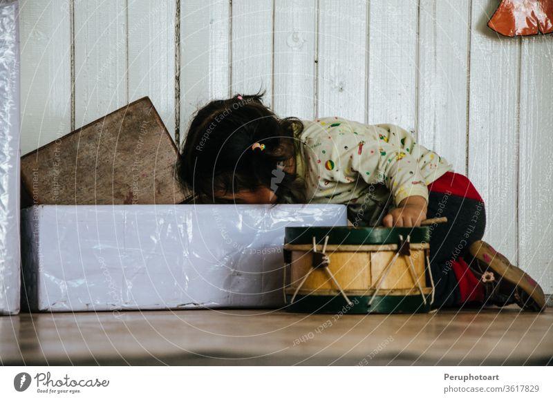 Kind spielt Kinder Spielen Spielzeug Glück heimwärts spielen Kindheit Junge Lifestyle jung PKW Person Porträt niedlich Lächeln reisen Spaß Innenbereich