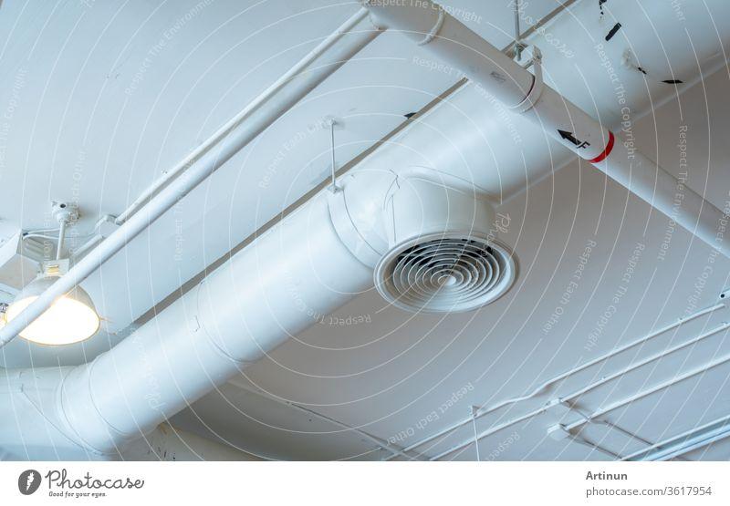 Luftkanal, Verkabelung und Sanitäranlagen im Einkaufszentrum. Rohrleitung für Klimaanlage, Verkabelung und Rohrleitungssystem für Sanitäranlagen. Gebäude-Innenraum-Konzept.
