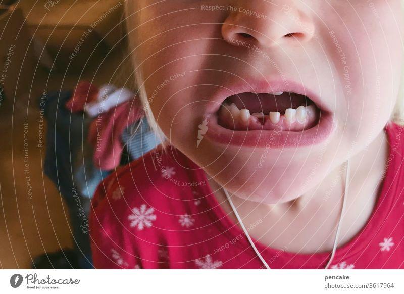 lieblingsmensch | mit biss! Zähne Milchzähne Gebiss beissen Detailaufnahme Nahaufnahme Mund Zahnlücke neu beißen Zahnarzt Gesundheit Zahnpflege Gesundheitswesen