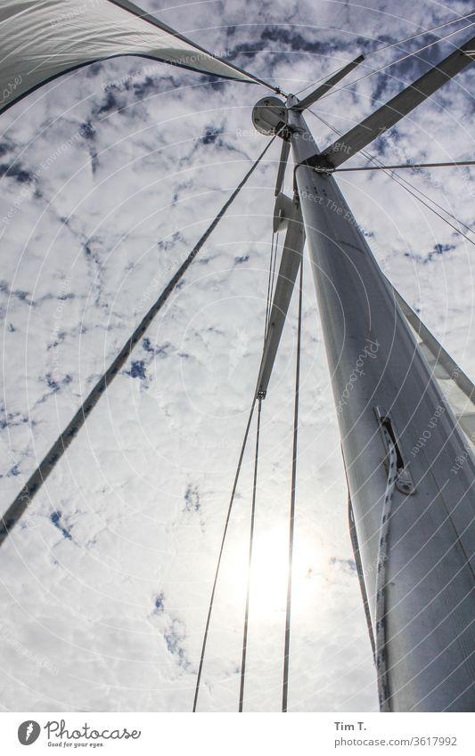 der Himmel über n Boot Segeln Mast Wolken Segelboot Menschenleer Außenaufnahme Ferien & Urlaub & Reisen Meer Wasser Abenteuer Freiheit Wind Jacht Tag