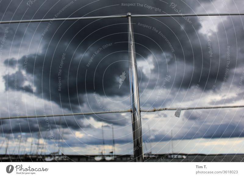 im Hafen railing Himmel sky harbour water Wasserfahrzeug ship harbor Wolken Schifffahrt clouds ships Segeln boat Farbe