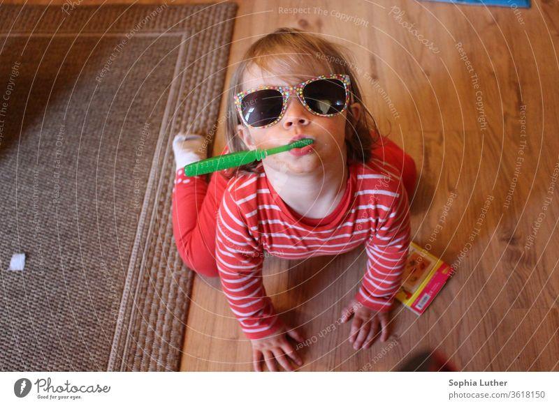 Kleinkind putzt Zähne mit Sonnenbrille Kind Kindheit Kindheitserinnerung Mädchen Spielen Kindererziehung Freude 1-3 Jahre Junge Zähneputzen Zahnbürste