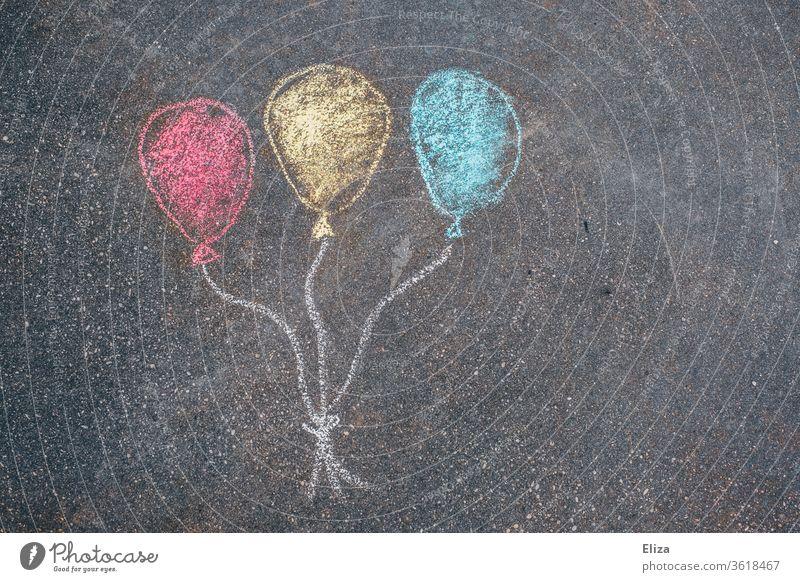 Drei bunte Luftballons mit Kreide auf die Straße gemalt. Geburtstag. Party. Straßenmalkreide Kindergeburtstag Überraschung Geburtstagseinladung Spielen