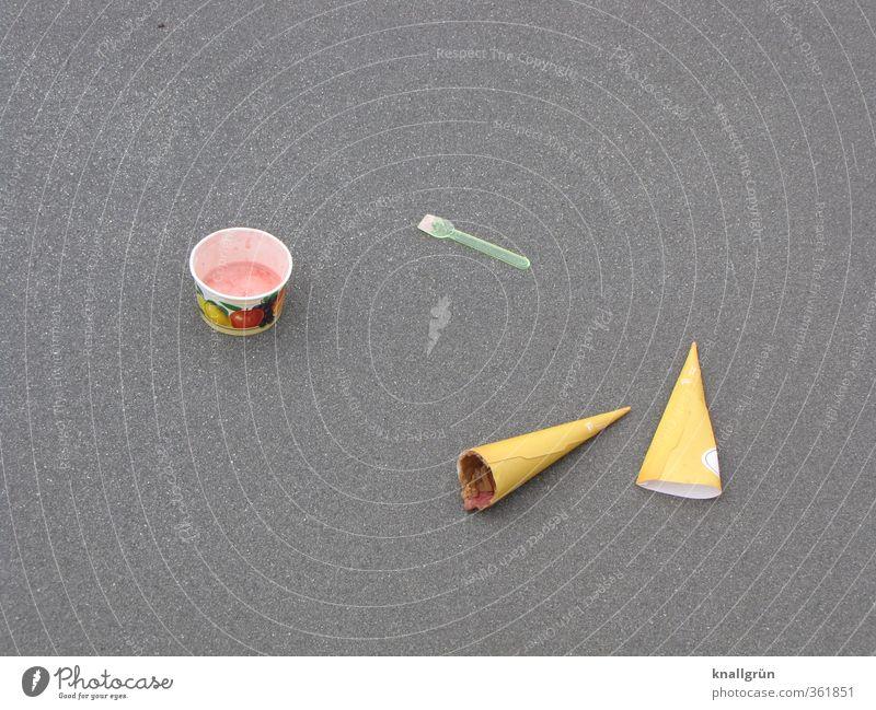 satt Lebensmittel Speiseeis Ernährung Eisbecher Eiswaffel Eislöffel Straße liegen Flüssigkeit lecker süß Stadt braun grau rosa Gefühle Stimmung Völlerei